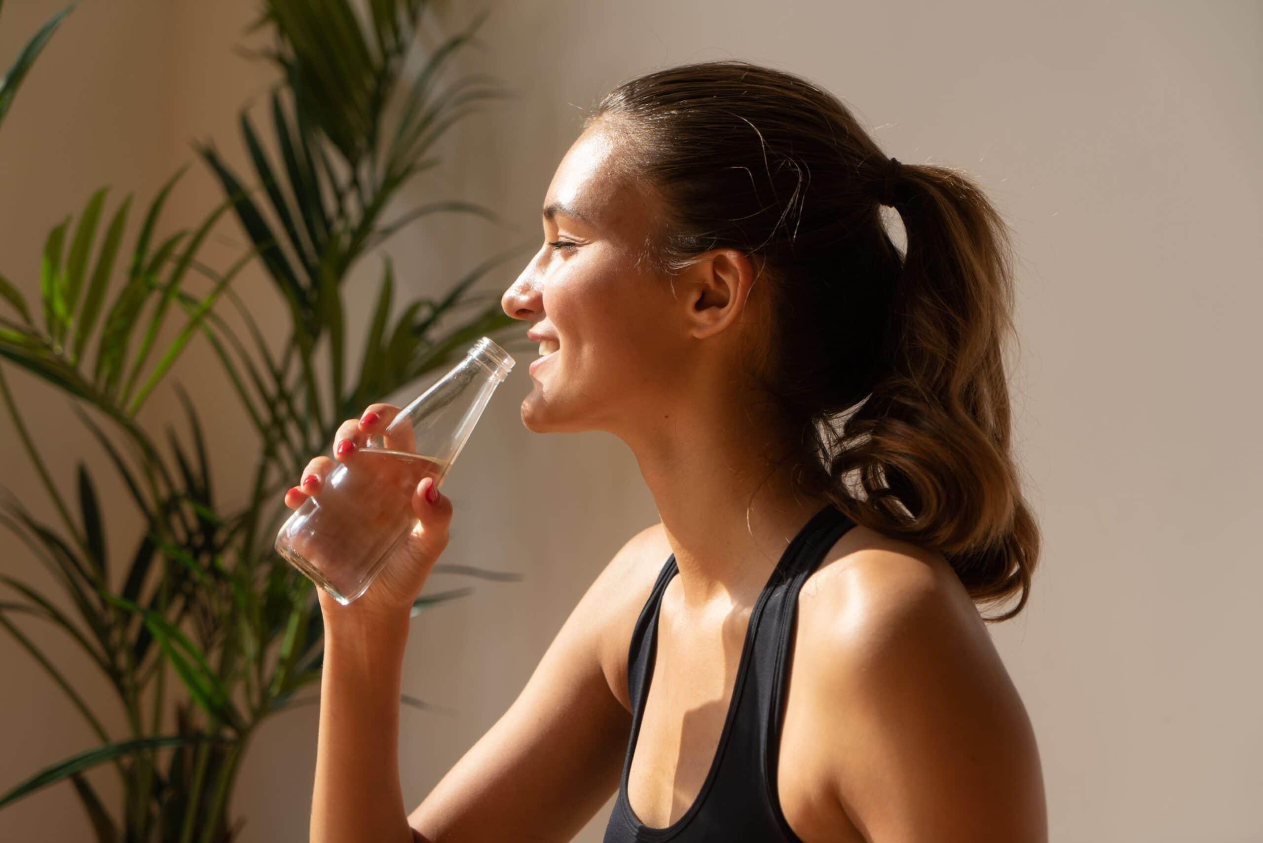 Πόσο νερό πρέπει να πίνω και ιδανικές ώρες